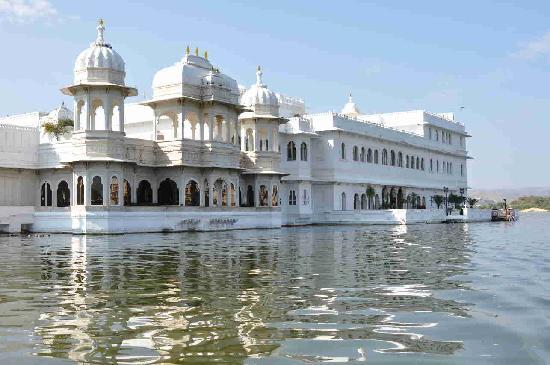 Book Honeymoon Resorts Udaipur – Royal Adventure Tours